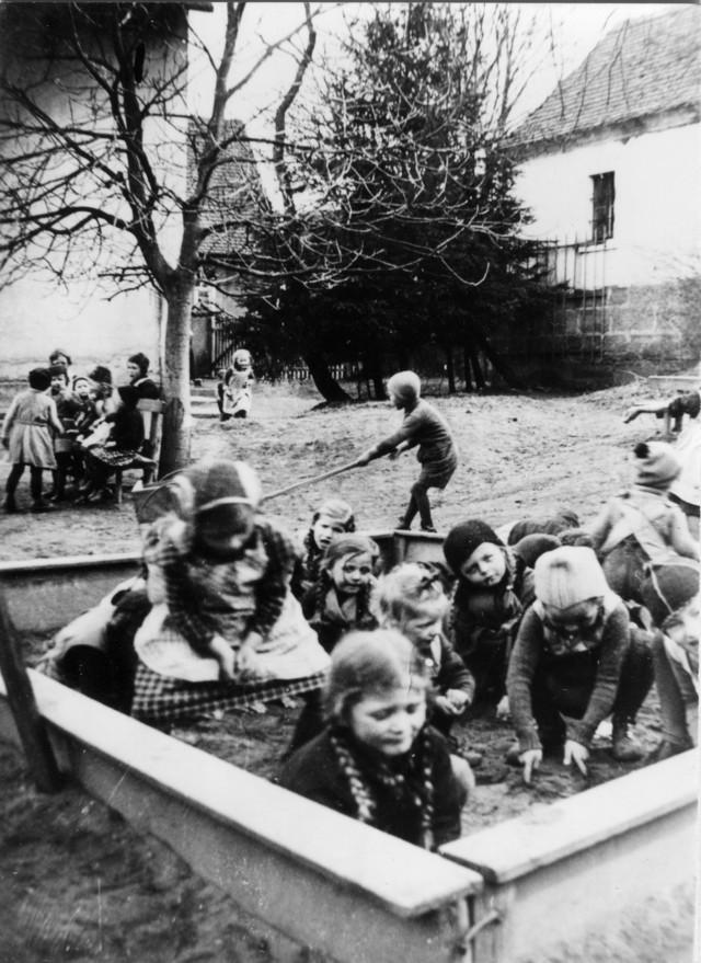 1937 - Bootfahren im Garten