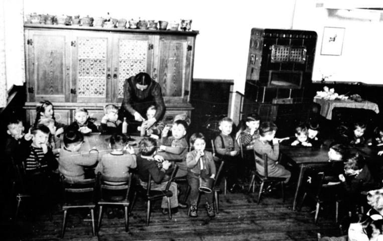 1950 - im Gruppenraum mit dem beliebten Kachelofen