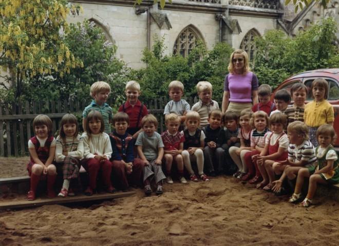 """1973 - im Sandkasten vor dem """"feuerroten Spielmobil"""""""