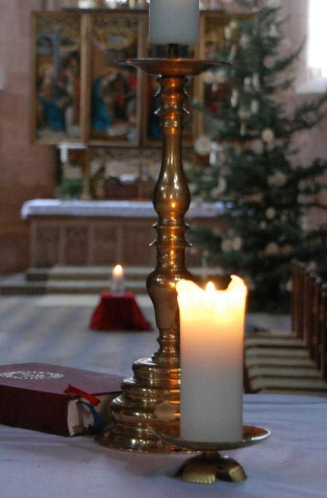 Kerze am Kreuzaltar