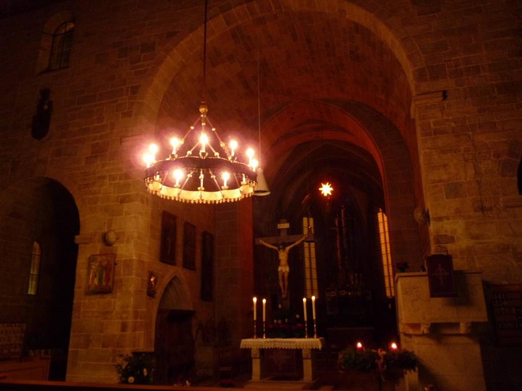 feierliches Licht vom Apostelleuchter