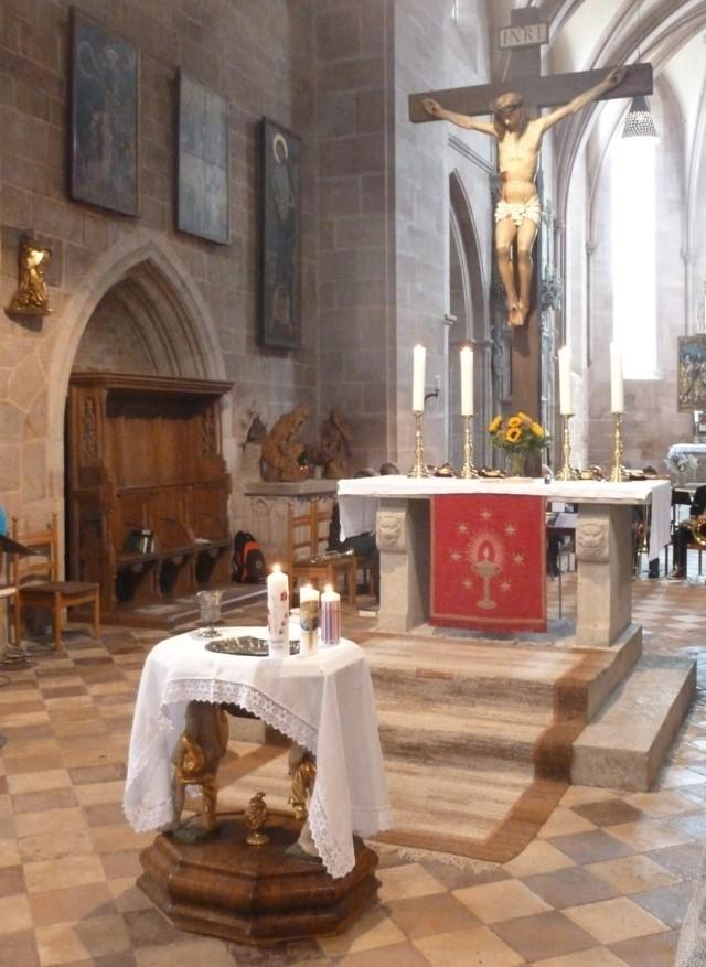 Taufstein mit Taufkerze am Kirchweihsonntag
